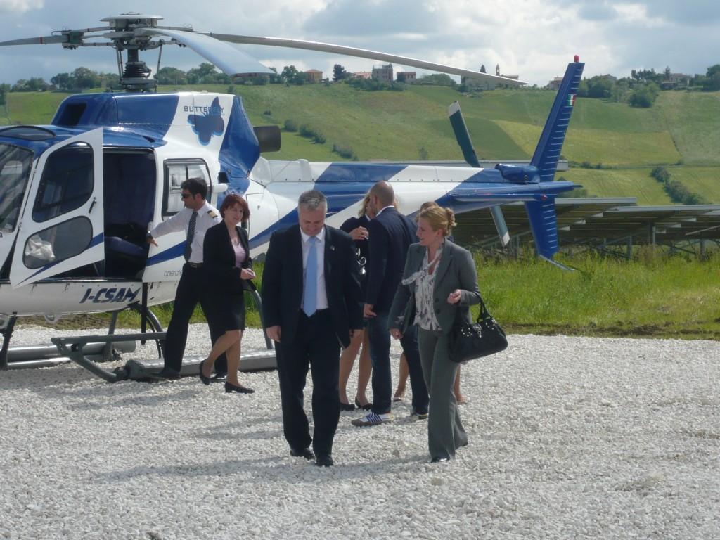 Ministro Dinkic appena sceso dall'elicottero