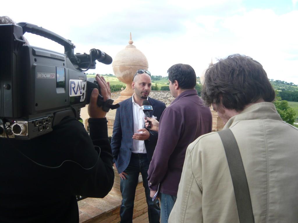 I giornalisti intervistano Tiziano Giovannetti